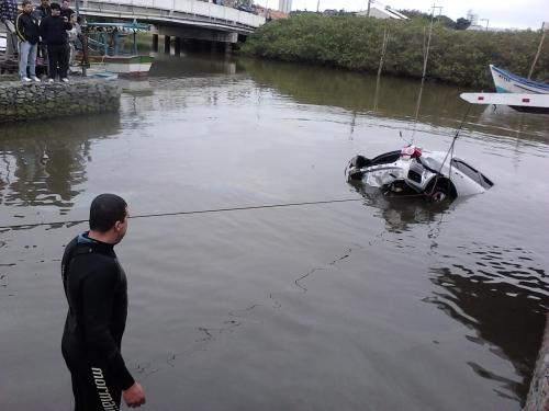 Carro cai no rio em Piçarras