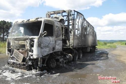 Caminhão pega fogo na BR-153 em Irani