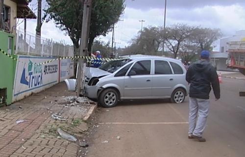 Carro bate contra poste na Avenida Brasil em Xanxerê
