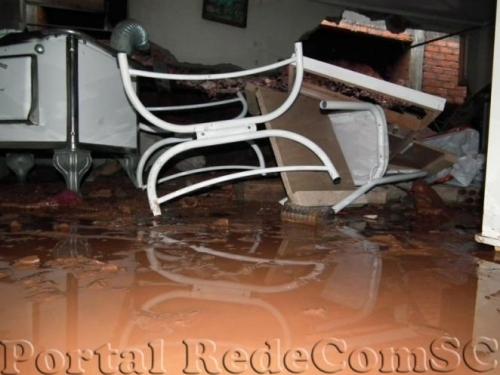 Parede de casa desmorona durante a madrugada em Chapecó