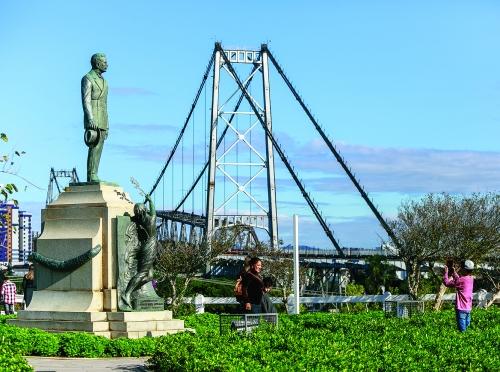 https://static.ndonline.com.br/2014/10/17-10-2014-21-30-56-central-florianopolis-moirante-ponte-hercilio-luz-ponto-turistico-praca-turismo-turistas-daniel-queiroz-19junho2014-x6b0557copia.jpg