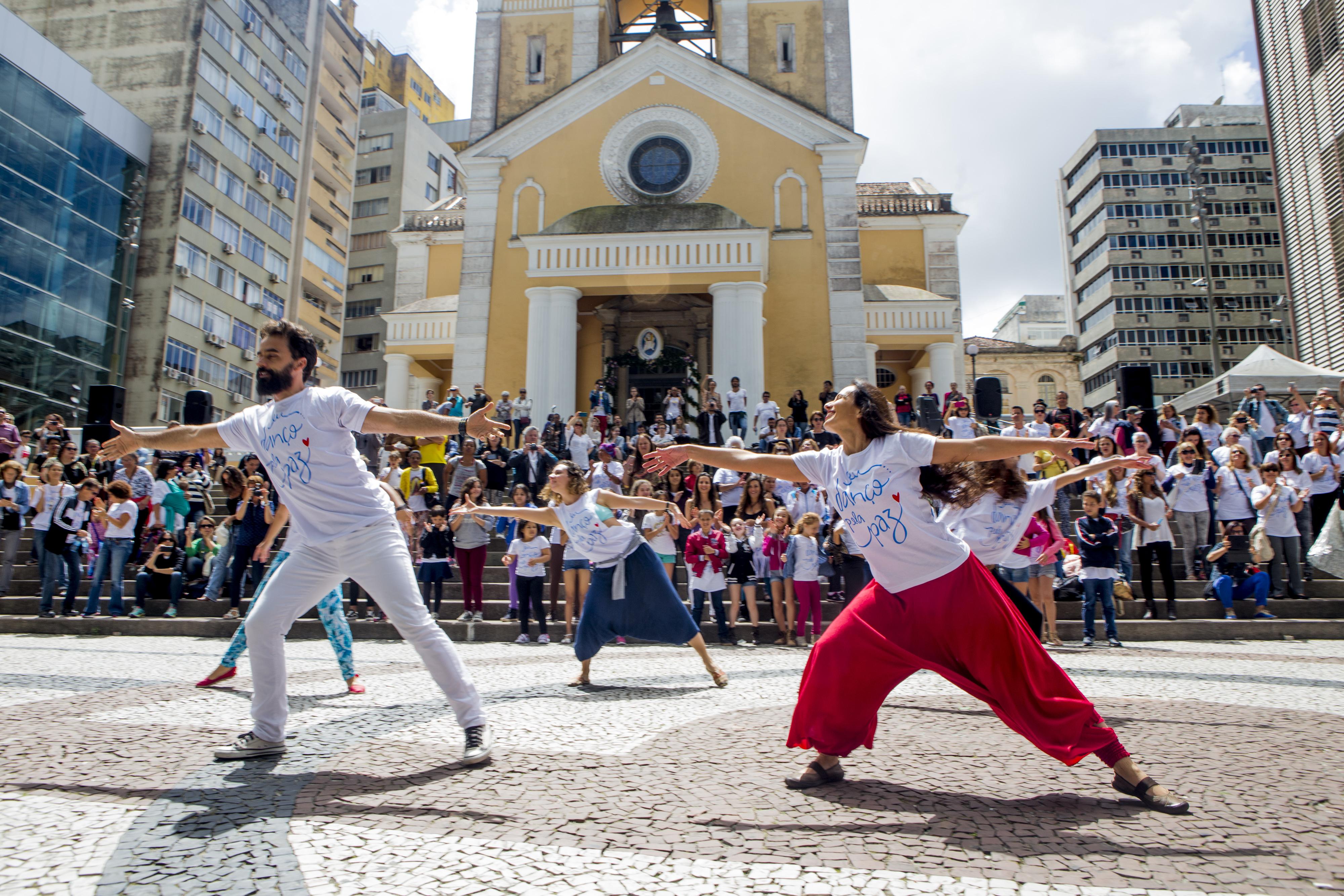 Flash mob pela paz reuniu mais de 200 bailarinos em frente à Catedral Metropolitana – Foto: Flávio Tin/ND
