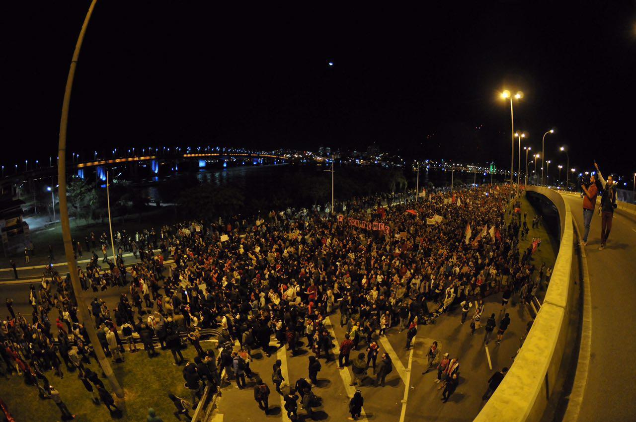 Manifestantes deixam área dos clubes de remo e seguem agora em direção ao Ticen - Eduardo Valente/ND