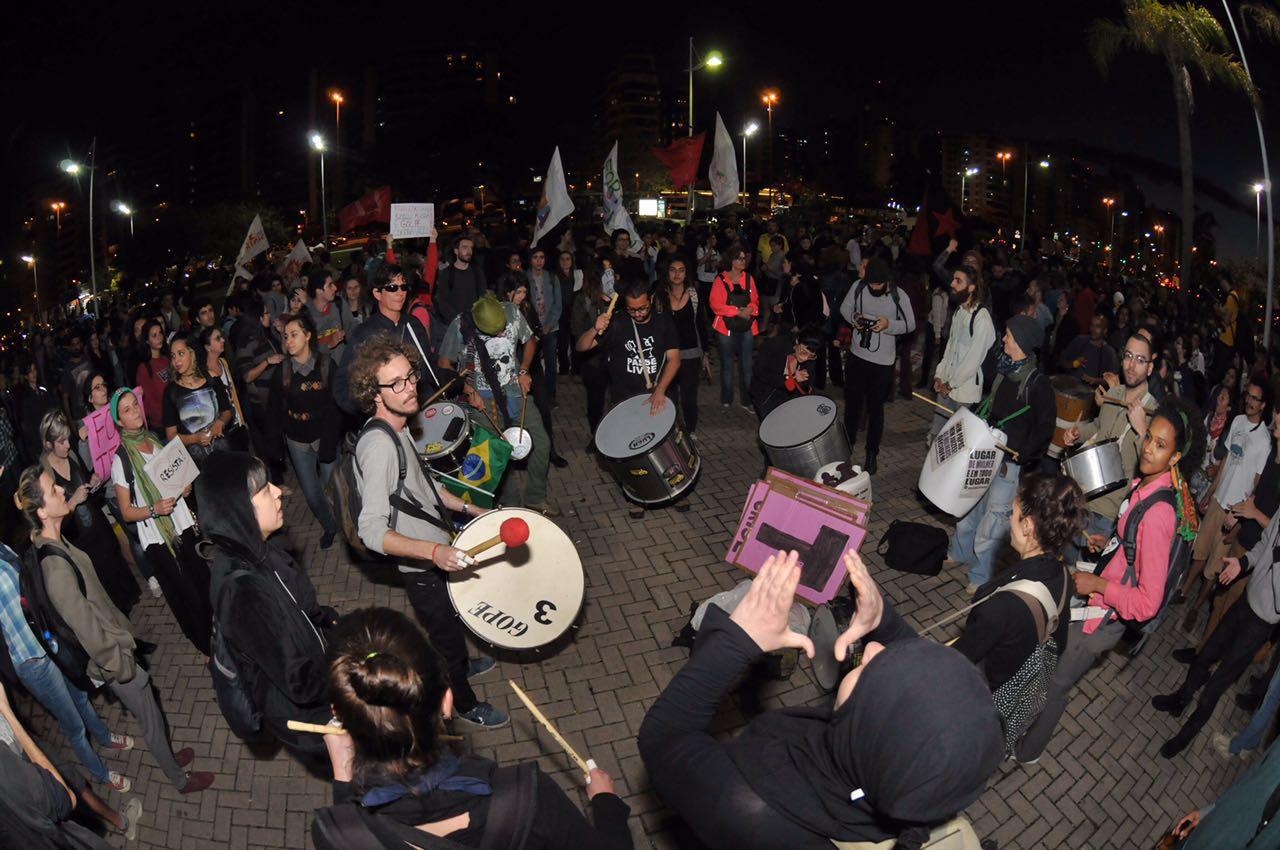 Manifestantes fazem concentração no trapiche da Beira-Mar Norte para o terceiro protesto Fora, Temer em Florianópolis desde o impeachment de Dilma Rousseff, na quarta-feira passada - Eduardo Valente/ND