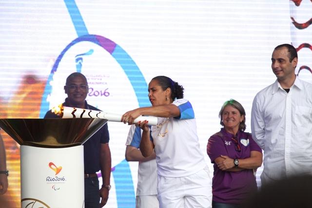 Ádria Santos, grande nome do paradesporto nacional, acendeu a tocha olímpica durante a passagem do símbolo dos Jogos Olímpicos 2016 por Joinville – Foto: Luciano Moraes/Arquivo/ND