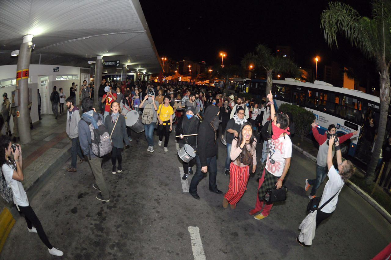 Manifestantes invadem o Ticen no terceiro protesto