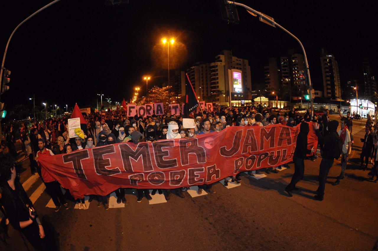 Beira-Mar Norte é fechada no sentido Centro e manifestantes iniciam caminhada até o Ticen - Eduardo Valente/ND
