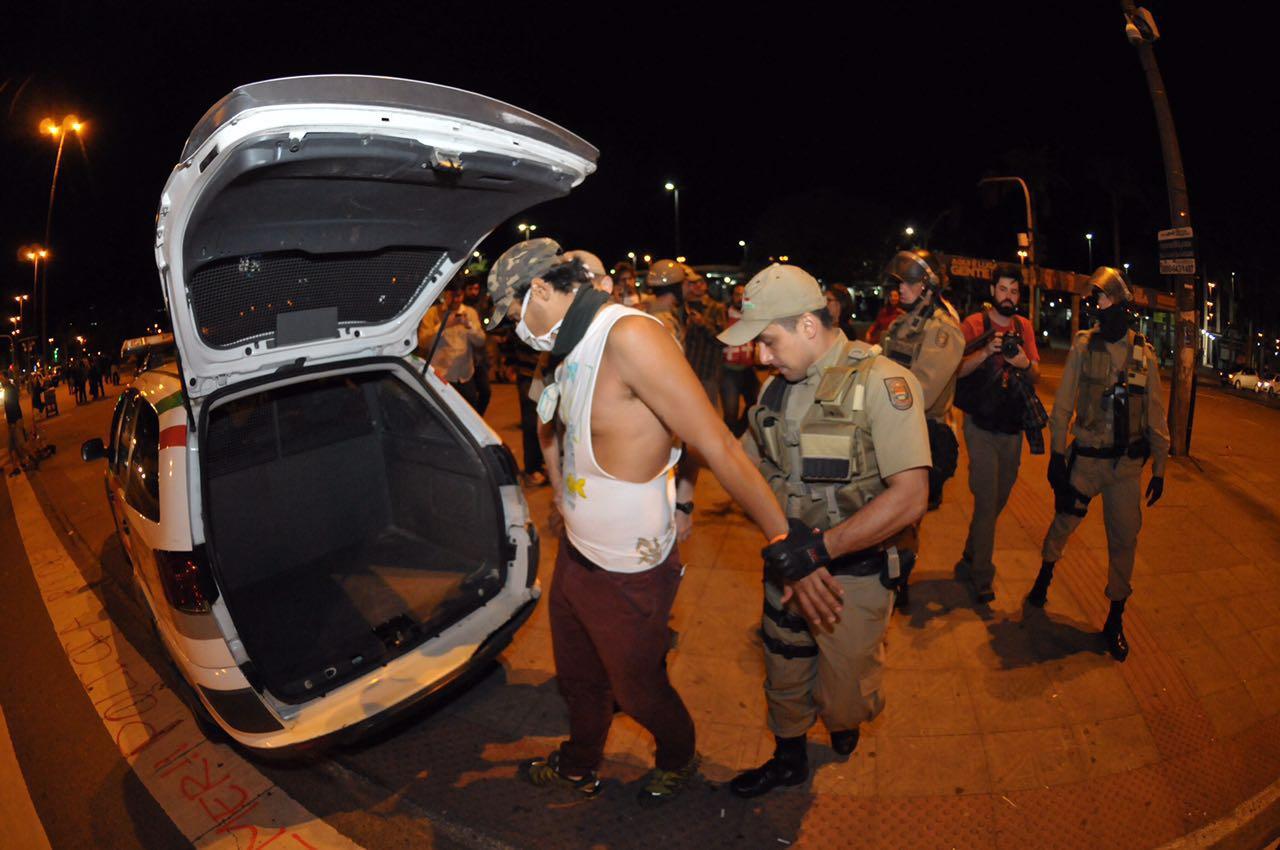 Manifestante é detido pela PM acusado de pichação - Eduardo Valente/ND