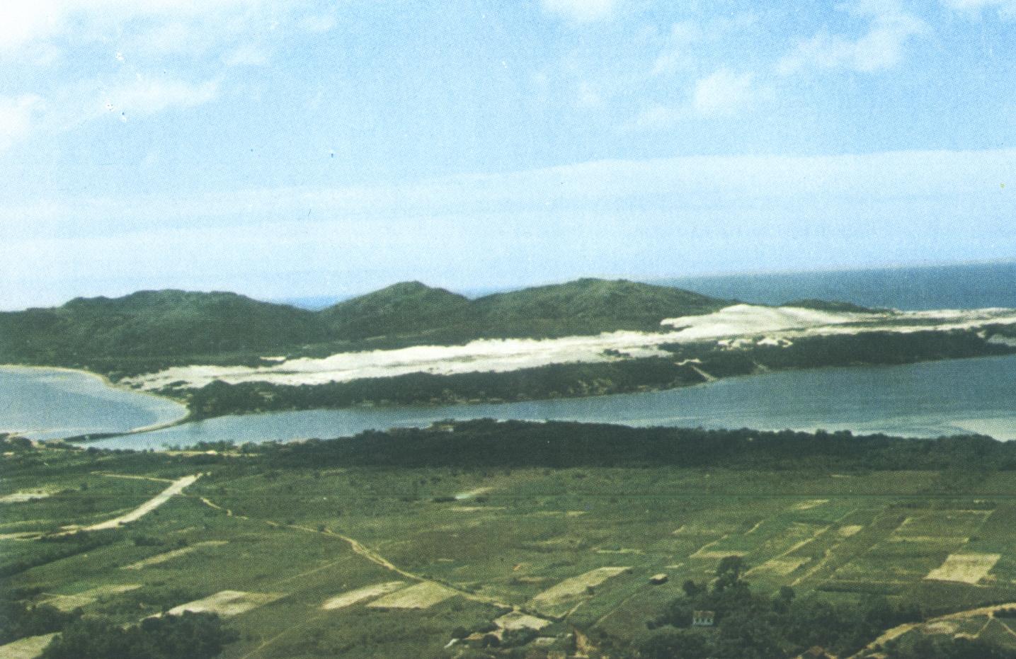 Vista panorâmica registrada em 1969, quando era apenas um paraíso de água, verde e dunas – Foto: Acervo/ Carlos Damião