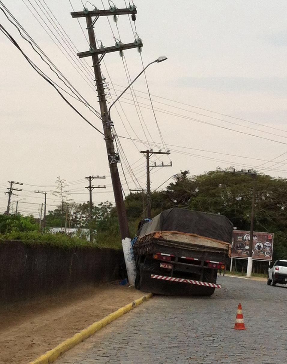Caminhão derrubou poste em Tijucas - Celesc/Divulgação