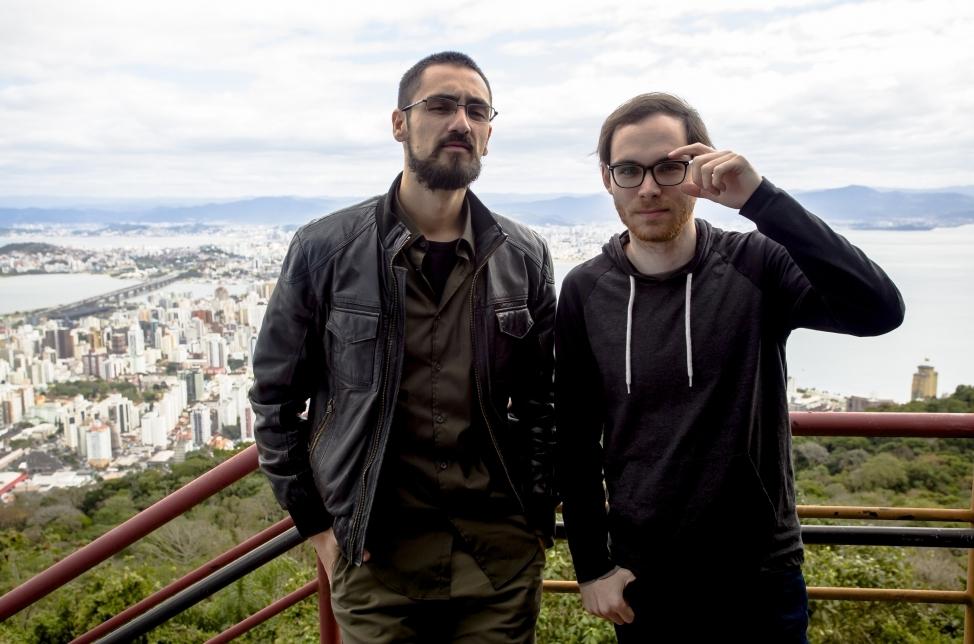Marciano Diogo e Gustavo Bruning saem do estúdio para gravar com produtores culturais de Santa Catarina - Daniel Queiroz/ND