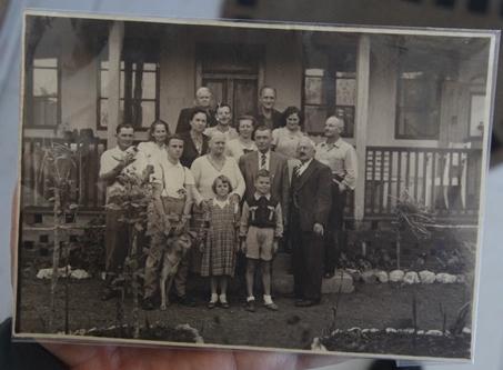 Encontro em 1950, na residência de max Haufe, no Itaum. Fritz é o primeiro à direita na primeira fila; sua esposa, Gertrud, está na fila de trás; ao lado dela, Guido, irmão de Fritz; as crianças são Manfredo e a irmã Helga - Reprodução/ND