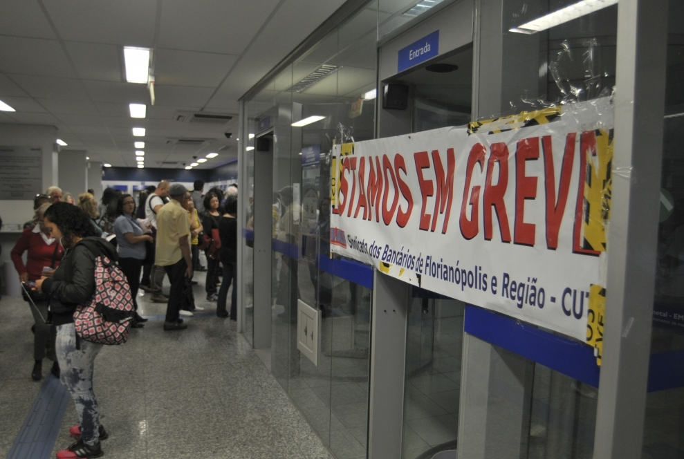 Bancários estão em greve desde terça-feira (6) - Eduardo Valente/ND