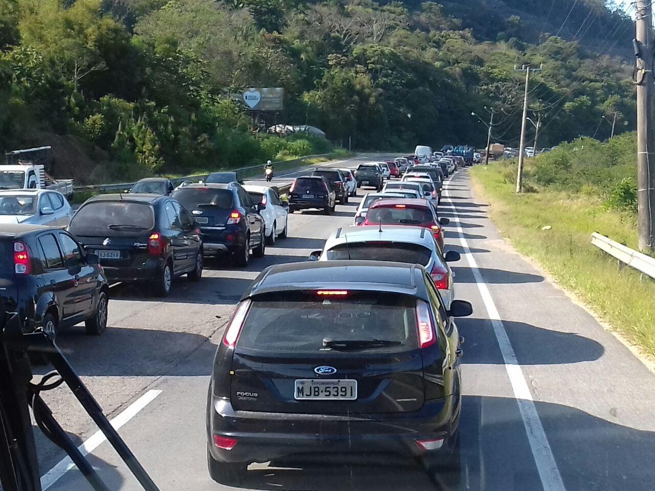 Motoristas enfrentam trânsito lento na manhã desta quinta-feira na SC-401 - Alessandra Oliveira/ND