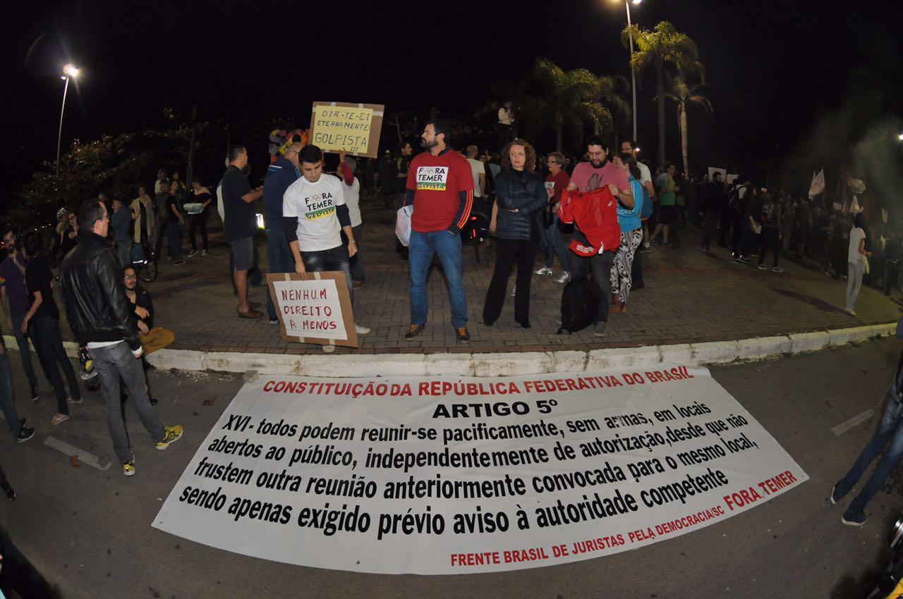 Manifestantes mostram artigo da Constituição que prevê direito de protestos pacíficos - Eduardo Valente/ND