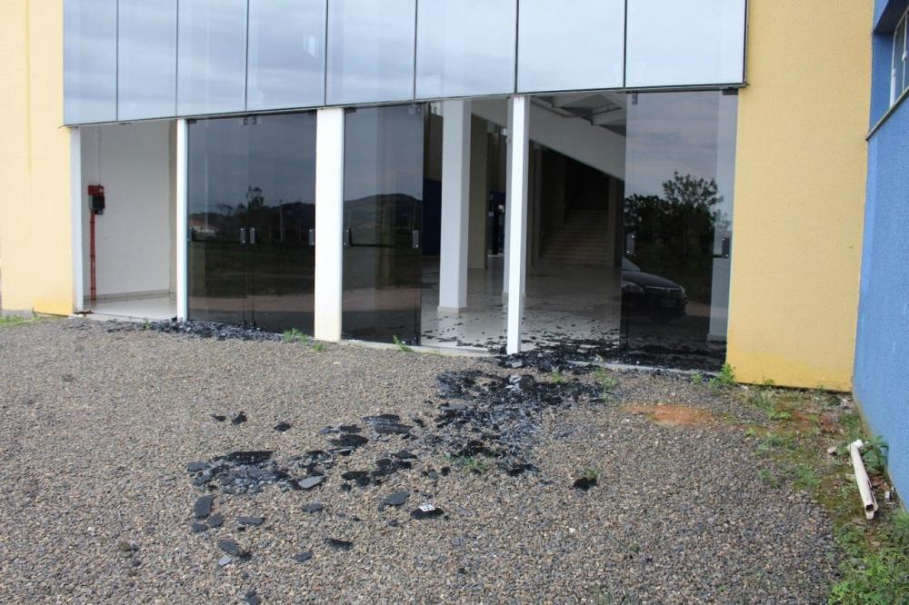 Arena Estener Soratto da Silva teve portas estouradas pelo vento - Eduardo Ventura/Rádio Santa Catarina