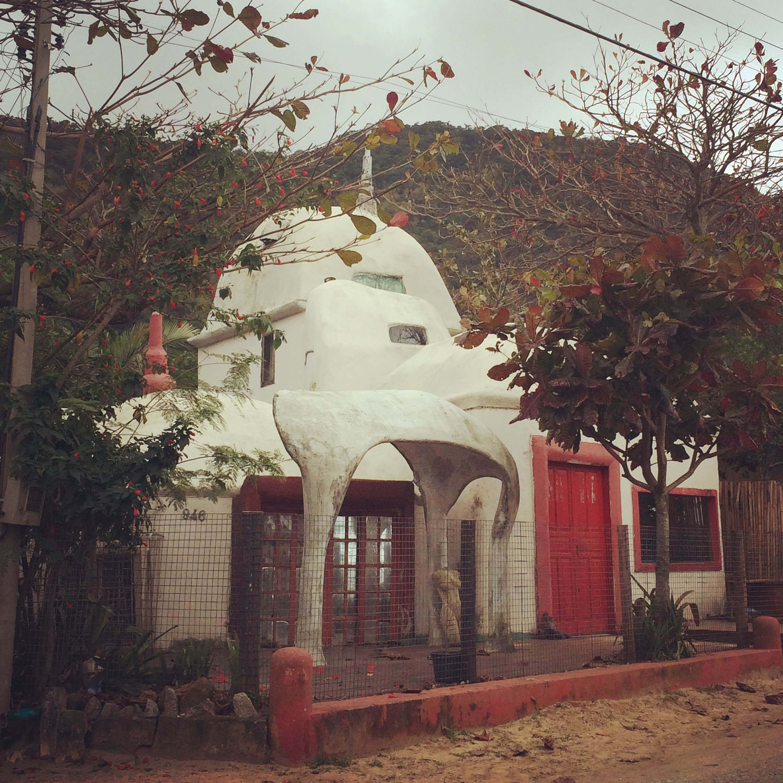 Casa na Praia da Solidão, localizada no Sul da Ilha, inspirada no trabalho do arquiteto catalão - Divulgação/ND