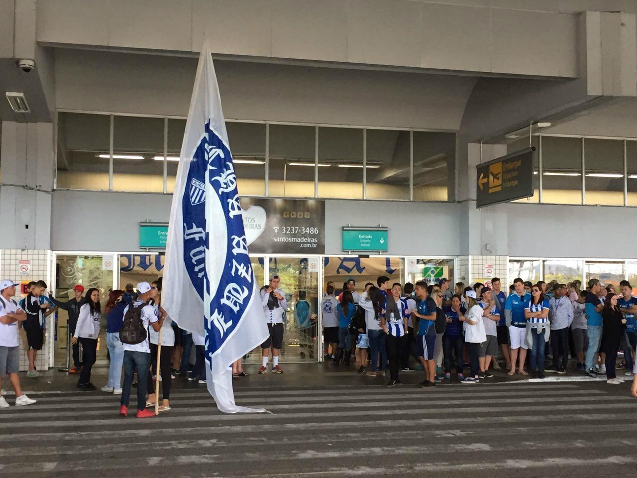 Torcida fez a festa com o elenco avaiano no aeroporto - André Palma Ribeiro/Divulgação Avaí FC