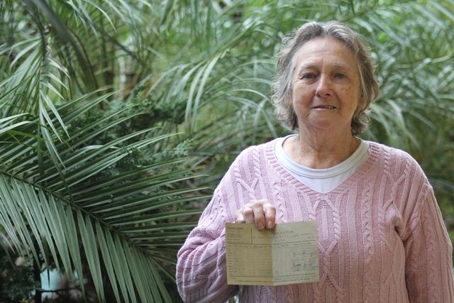 Brandindo seu boletim do 1º ano com média final 95, Adélia Norma Knüppel era aluna da primeira turma, em 1949 - Fabrício Porto/ND