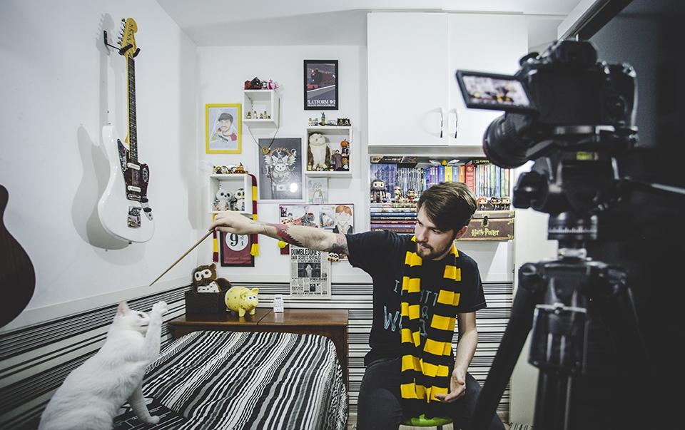 """Com mais de 130 mil inscritos no canal """"Expresso de Hogwarts"""", Renie grava os vídeos no próprio quarto - Daniel Queiroz/ND"""