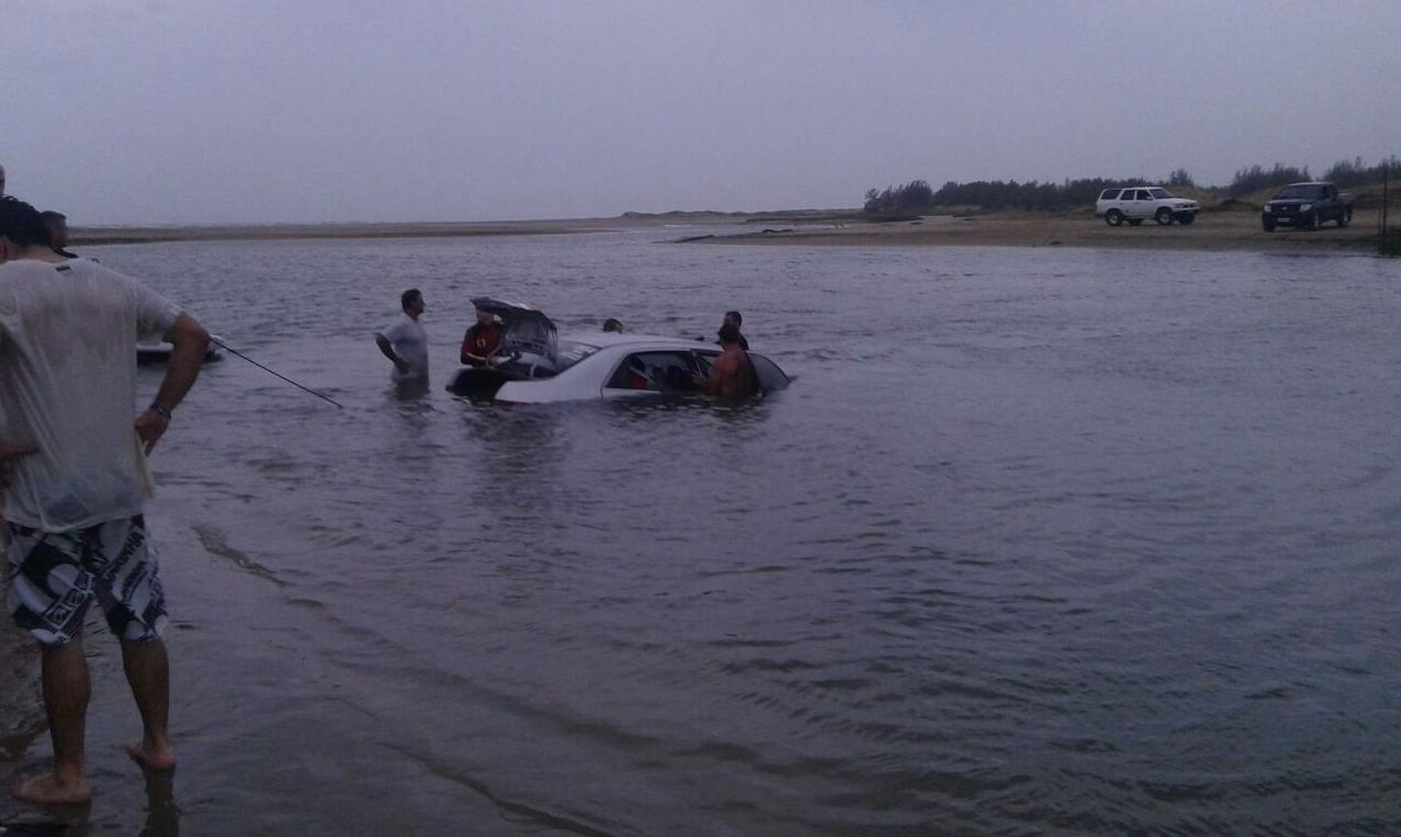 Duas pessoas foram retiradas do mar, em Balneário Rincão - Karol Pacheco/Divulgação/ND