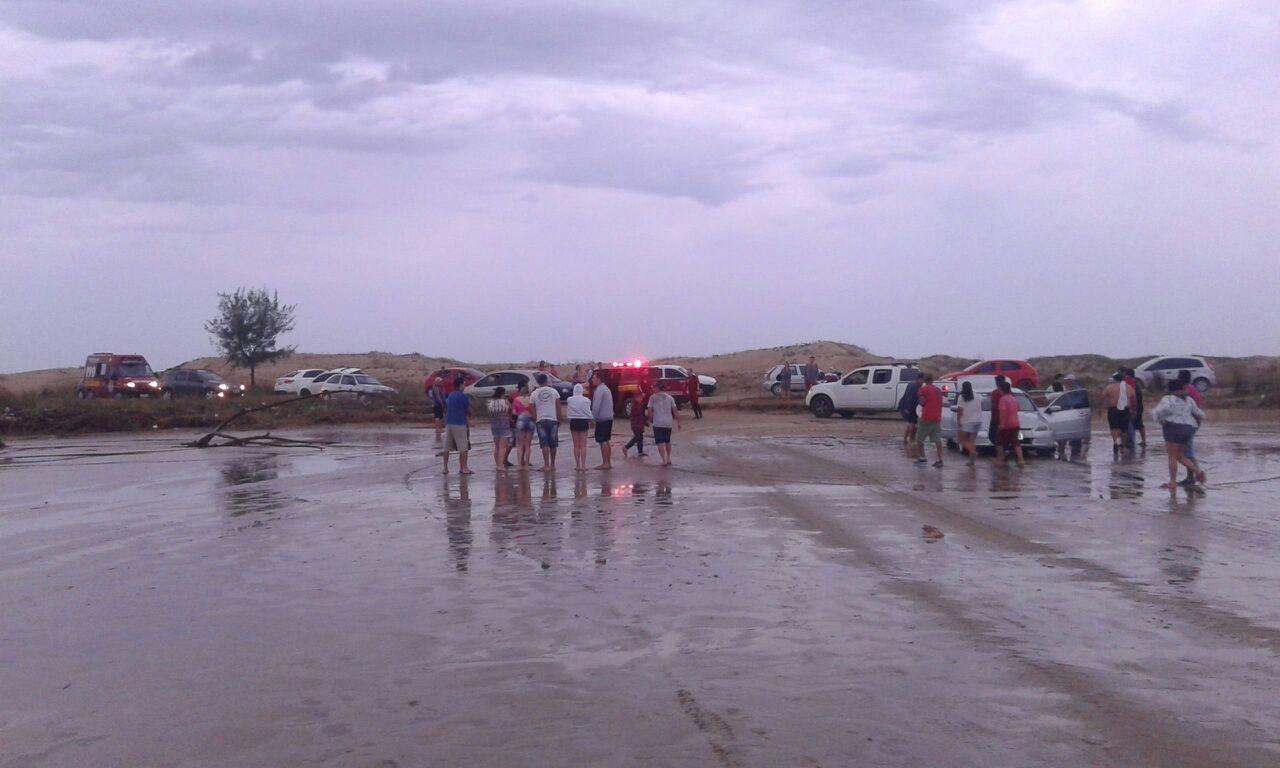 Comunidade acompanha o resgate no mar, Balneário Rincão - Karol Pacheco/Divulgação/ND