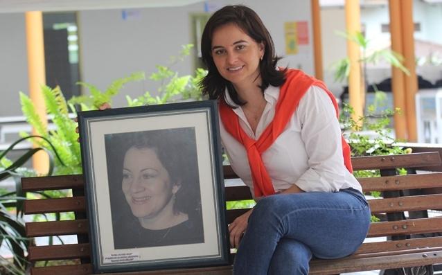 Ana Heloísa Silva com o retrato da mãe, Maria Borges, primeira diretora - Fabrício Porto/ND