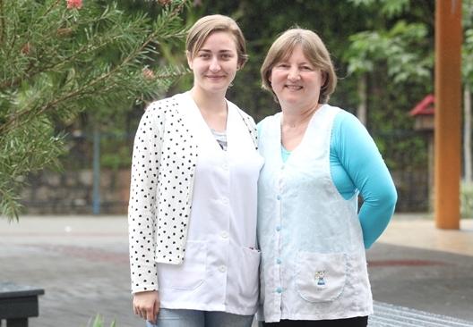 Rosane Hille (direita) está há 27 anos no Hans Müller, a estagiária Vanessa Medeiros fez o ensino fundamental ali - Fabrício Porto/ND