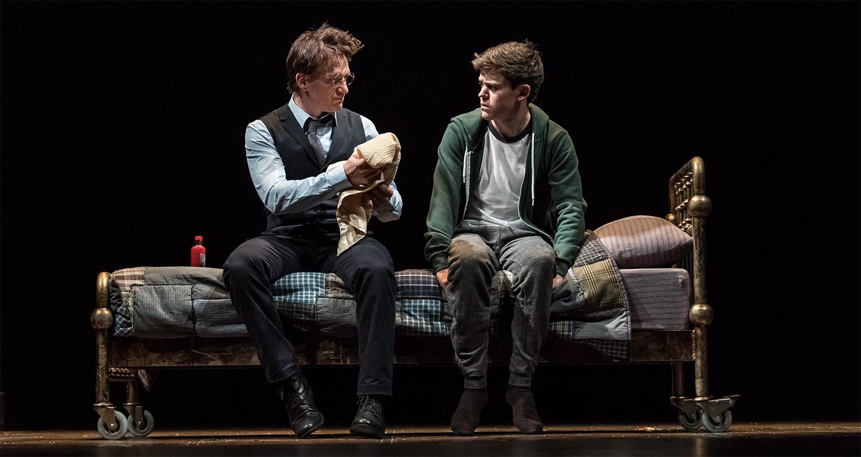 A oitava história no palco do Palace Theatre: Harry Potter (Jamie Parker) ao lado do filho, Albus (Sam Clemmett) - Divulgação/ND