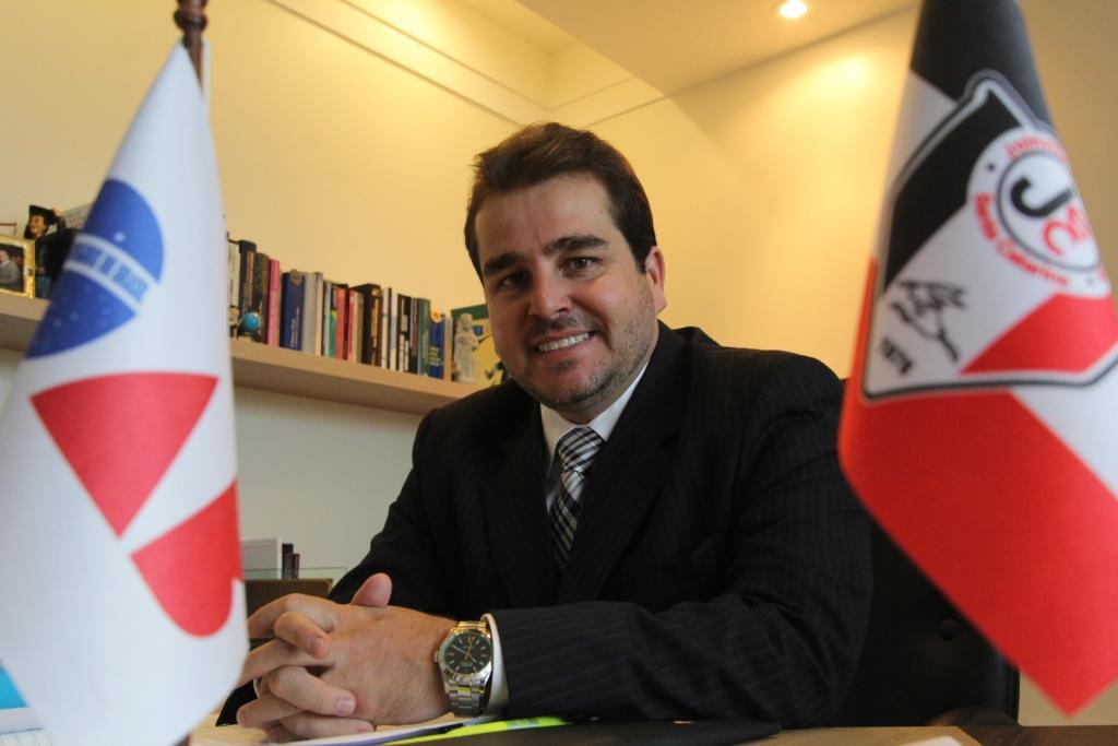Tiji, no escritório em Joinville, com as bandeiras de suas grandes paixões: a advocacia e o JEC – Foto: Fabricio Porto/ND