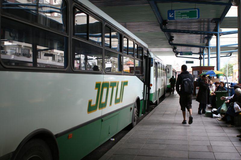 Passageiros se posicionou sobre suspensão – Foto: Rosane Lima/Arquivo/ND