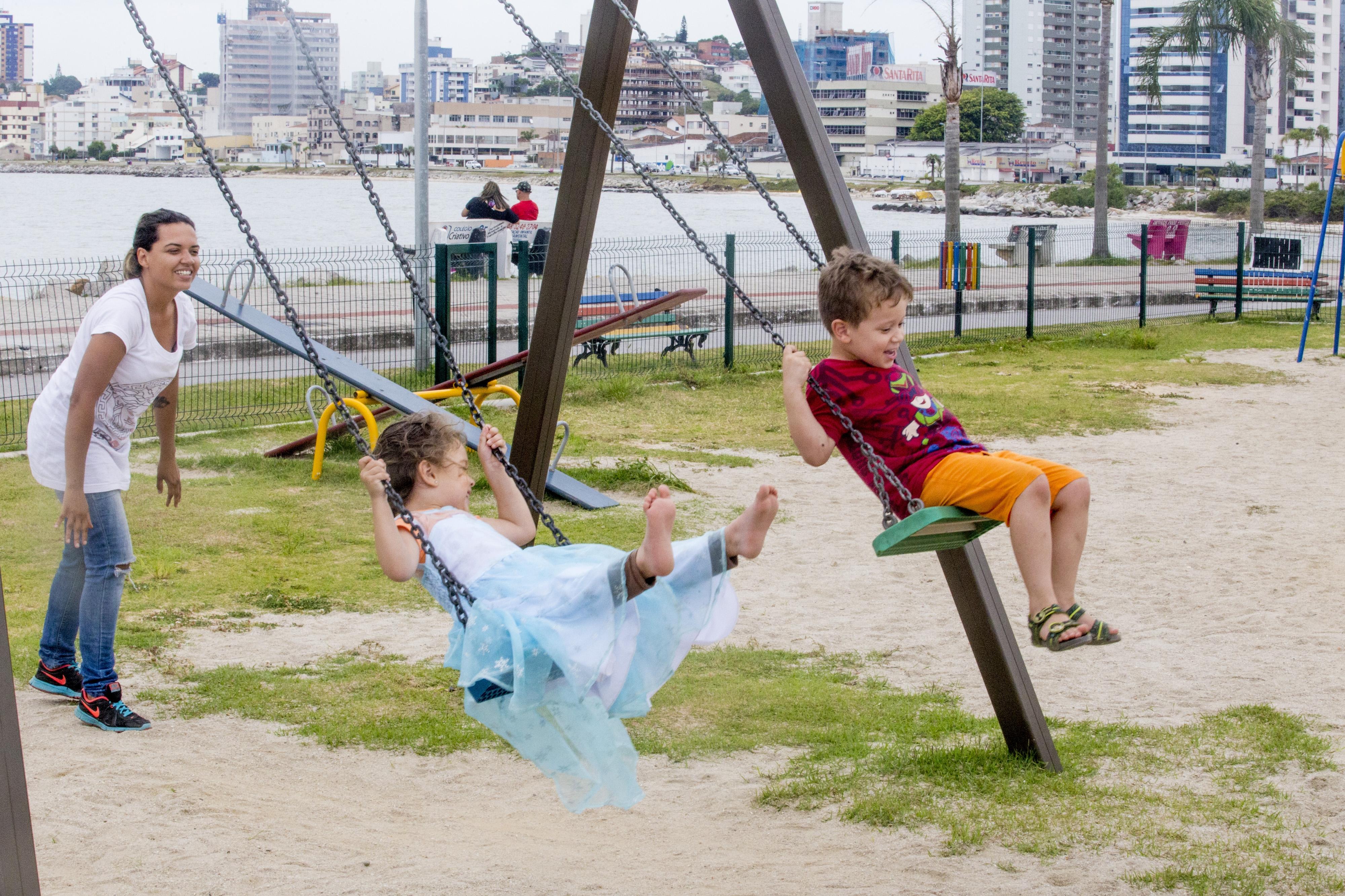 Camila, com os filhos Matheus e Júlia, diz que a estrutura do local é boa, mas poderia ser melhor - Flávio Tin/ND