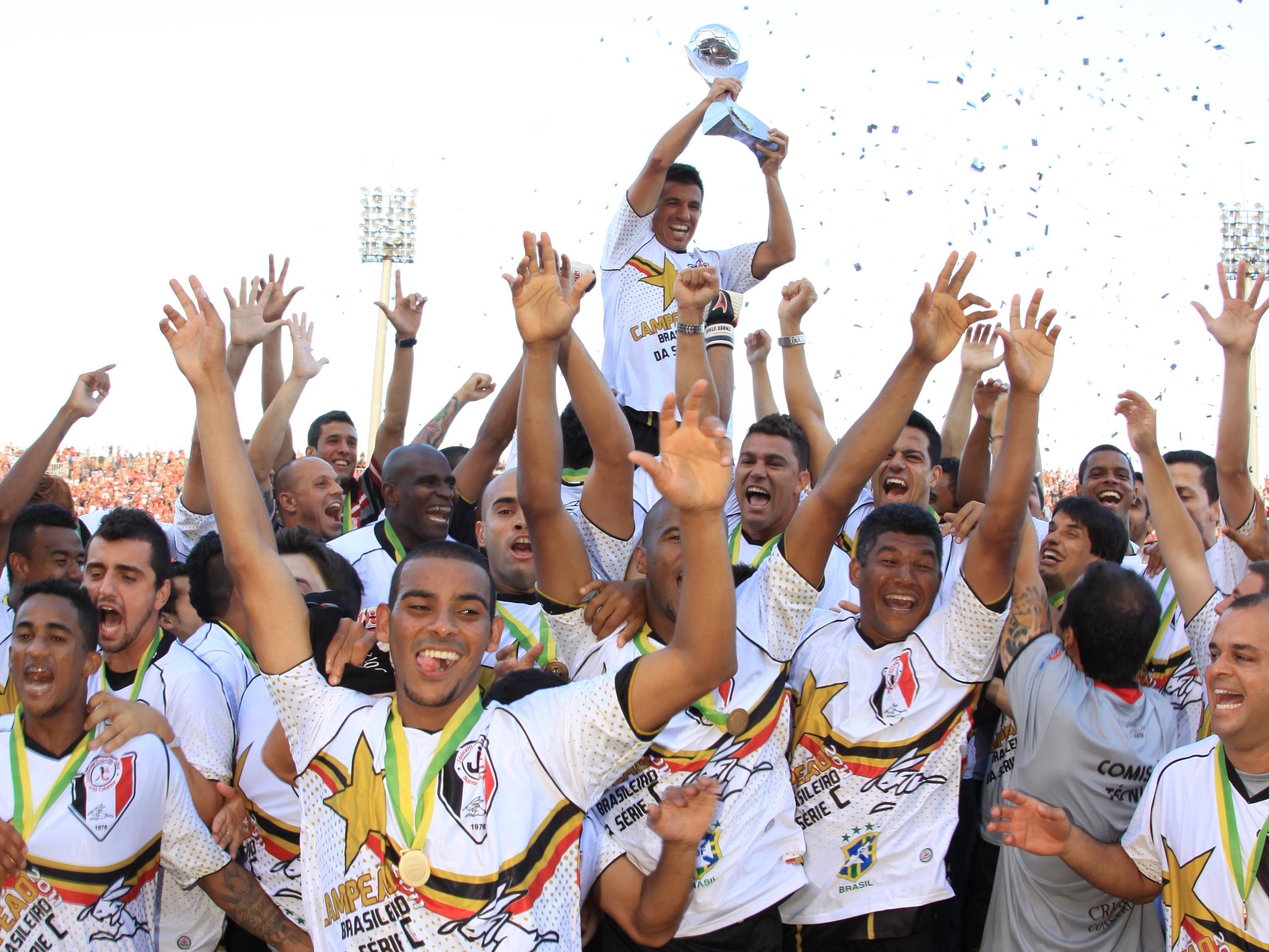 Ricardinho, no alto, na comemoração do título da Série C 2011 - Carlos Junior