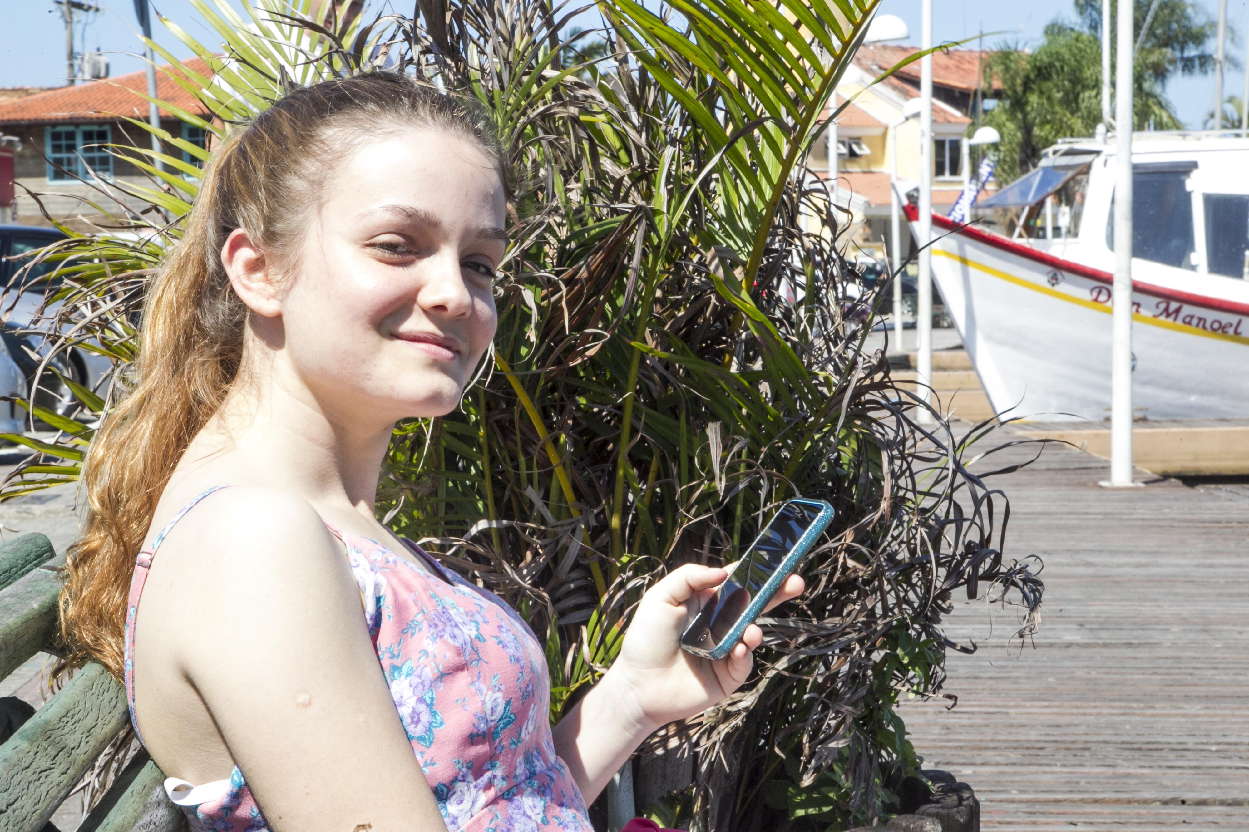 Vitória ainda não sabe como alterar os números da agenda do seu celular - Marco Santiago/ND