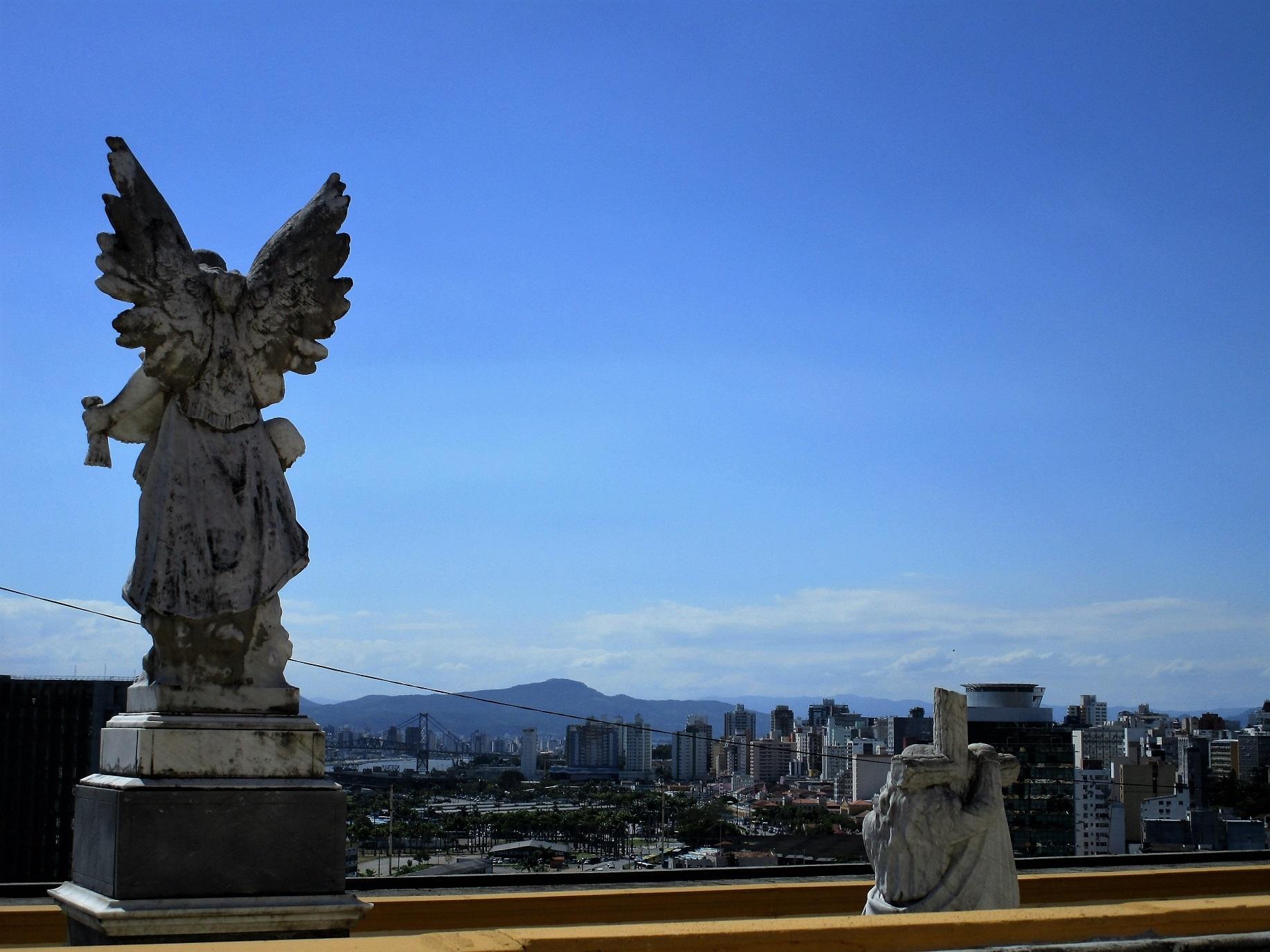 Do muro do cemitério, um anjo observa a cidade - Carlos Damião