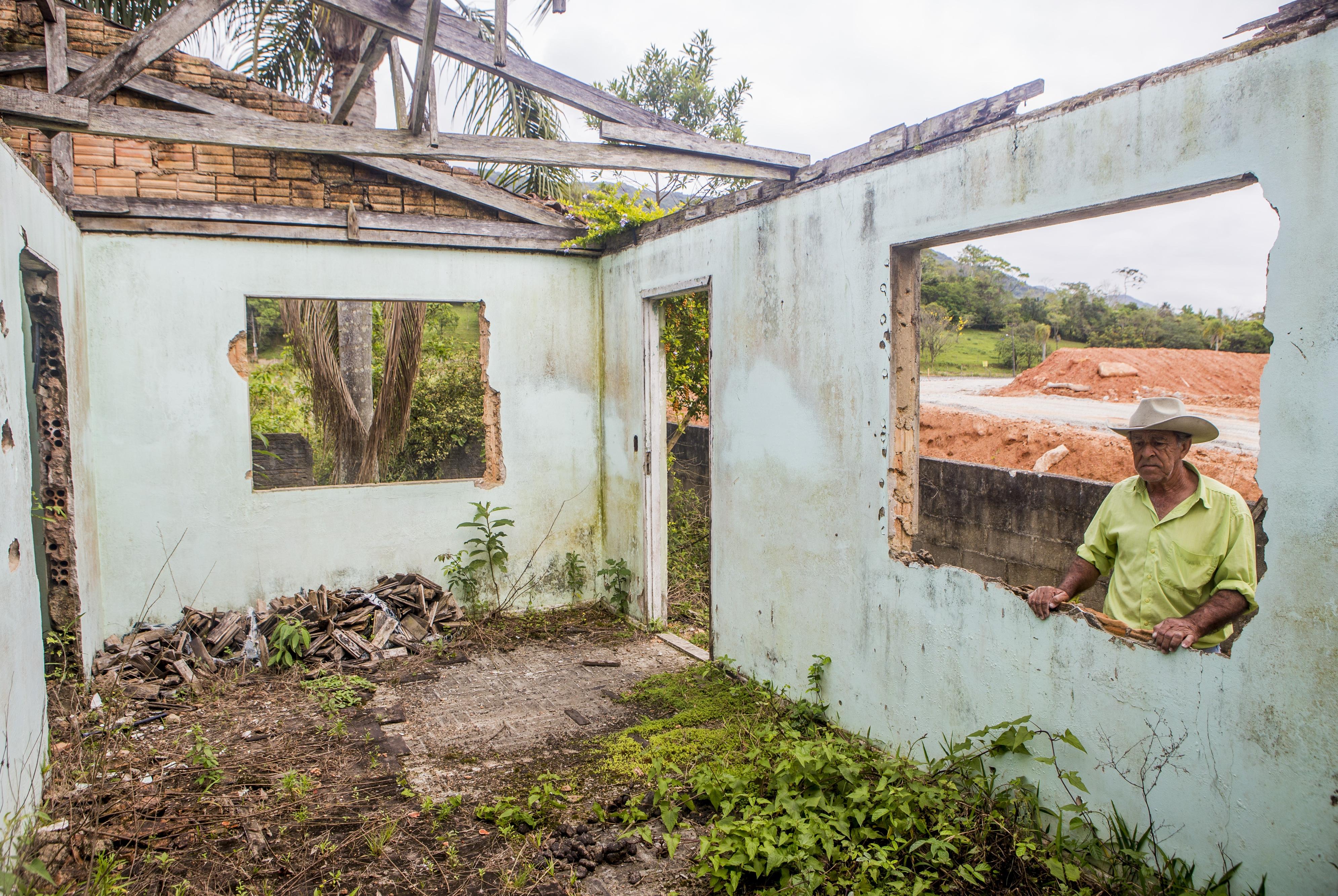 Longino ainda chora com retorna à antiga residência - Flávio Tin/ND
