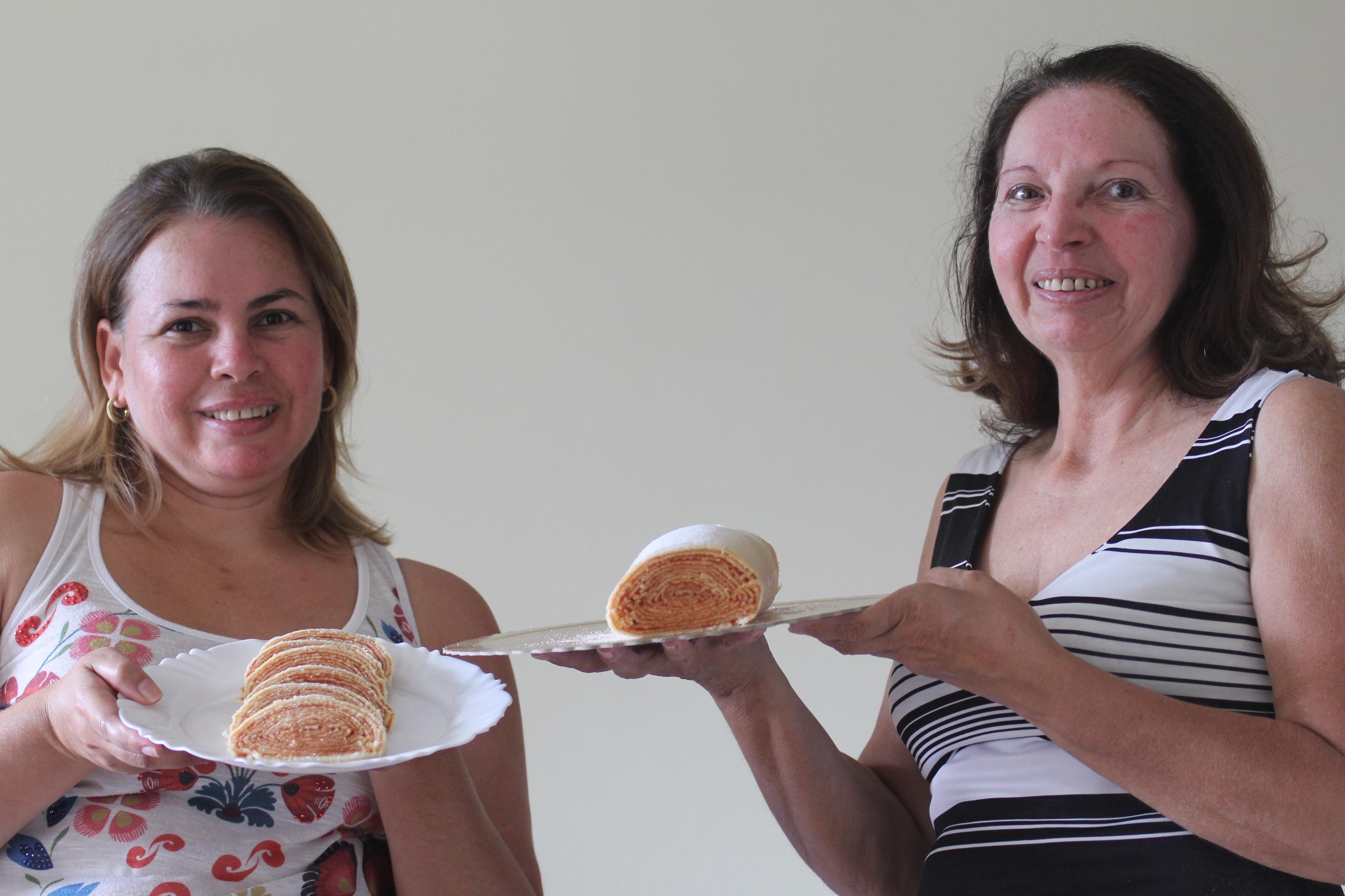 Irmãs Izabel e Lindacy aceitam encomendas do bolo que em breve será entregue no sistema food bike - Fabrício Porto/ND