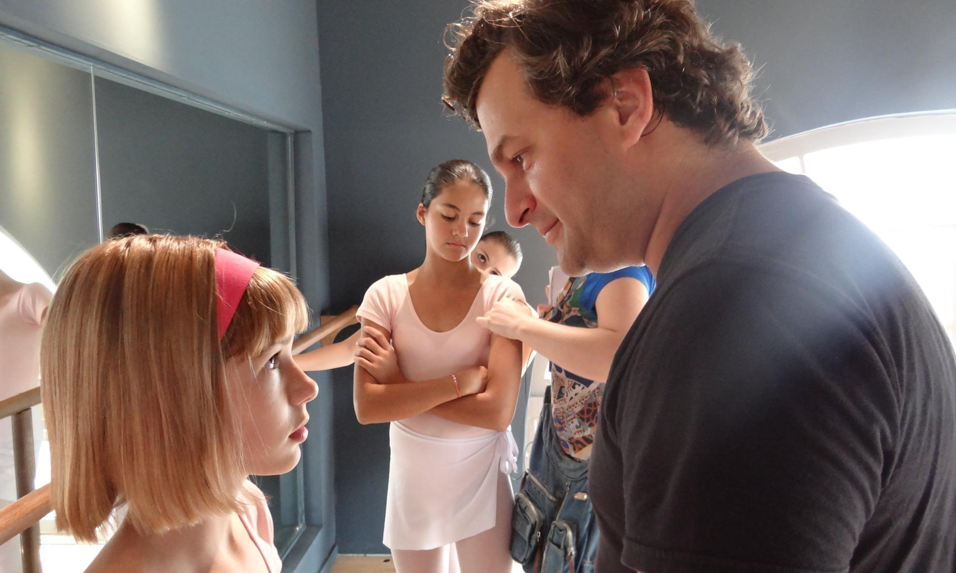 A atriz Mariana Goulart é dirigida em uma das cenas de