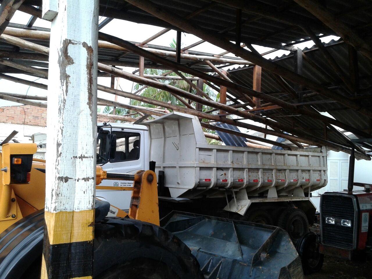 Em Timbé do Sul, o vento destelhou a garagem da prefeitura - Defesa Civil de SC/Divulgação/ND