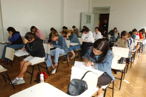 Encceja é destinado a jovens e adultos que não terminaram os estudos na idade adequada para cada etapa de ensino – Foto: Agência Brasil/ND