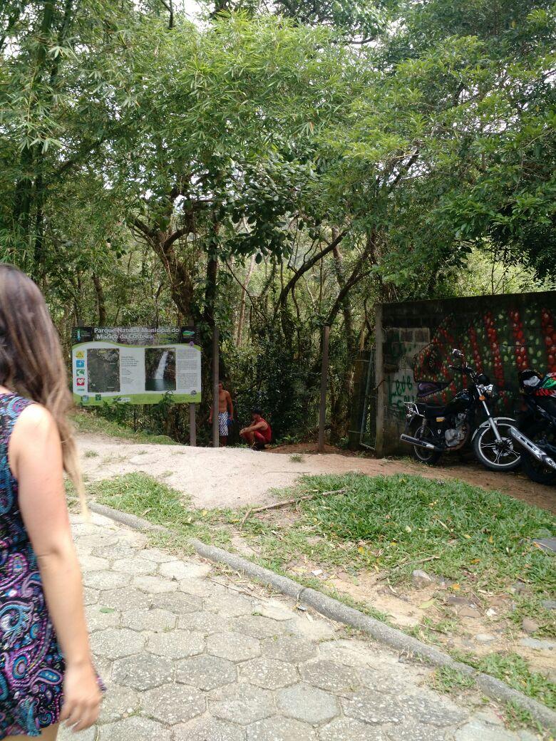 Mulher em frente a trilha com acesso ao Poção – Foto: Divulgação/ND