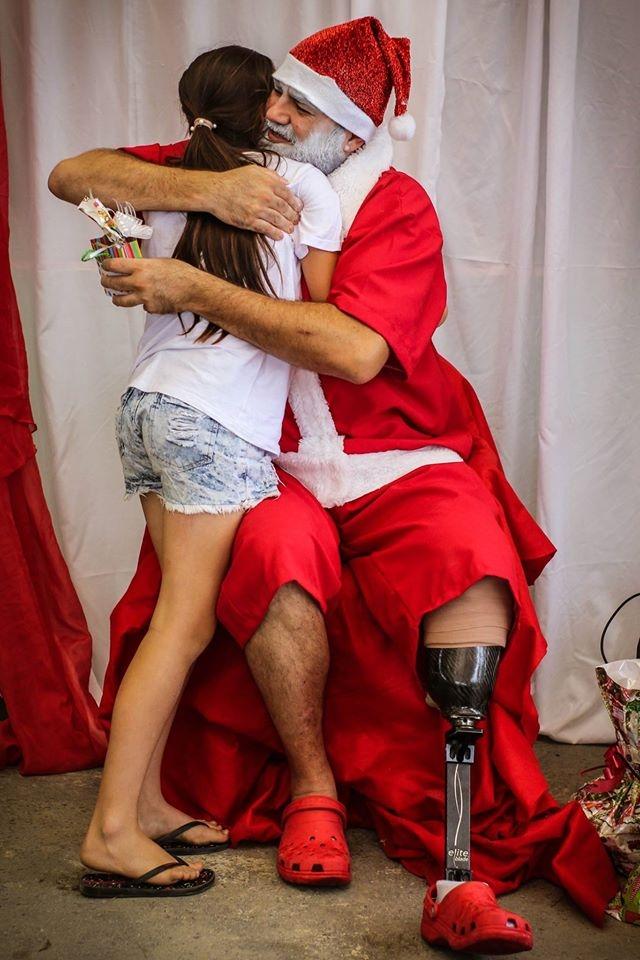 Papai Noel em sua tarefa de levar alegria e exemplo de superação - Rafael Ferreira de Souza/Divulgação/ND