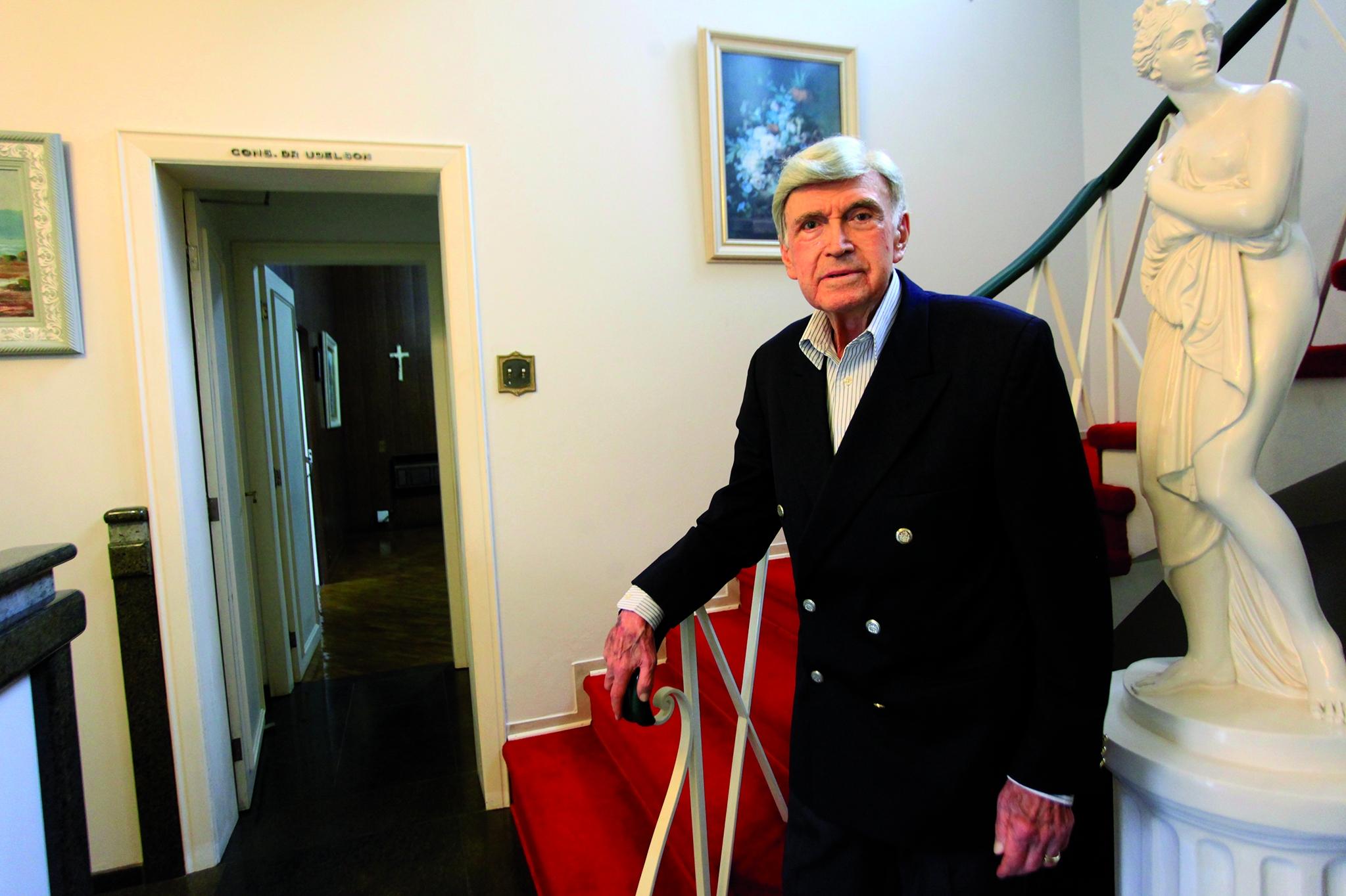 Udelson Rezende Duarte no antigo consultório, onde ainda mantém escritório - Carlos Junior/ND