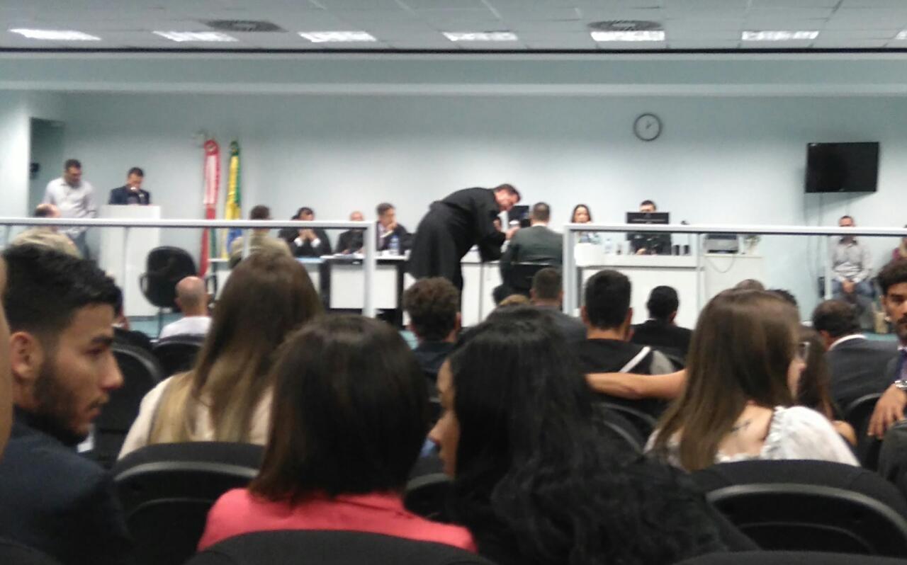 Advogado orienta Brentano durante o julgamento - Letícia Mathias/ND