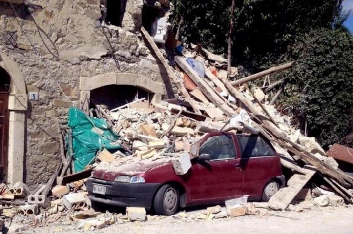 Terremoto destruiu casas, museus, igrejas e carros na Itália - Claudio Accogli/EPA/Agência Lusa