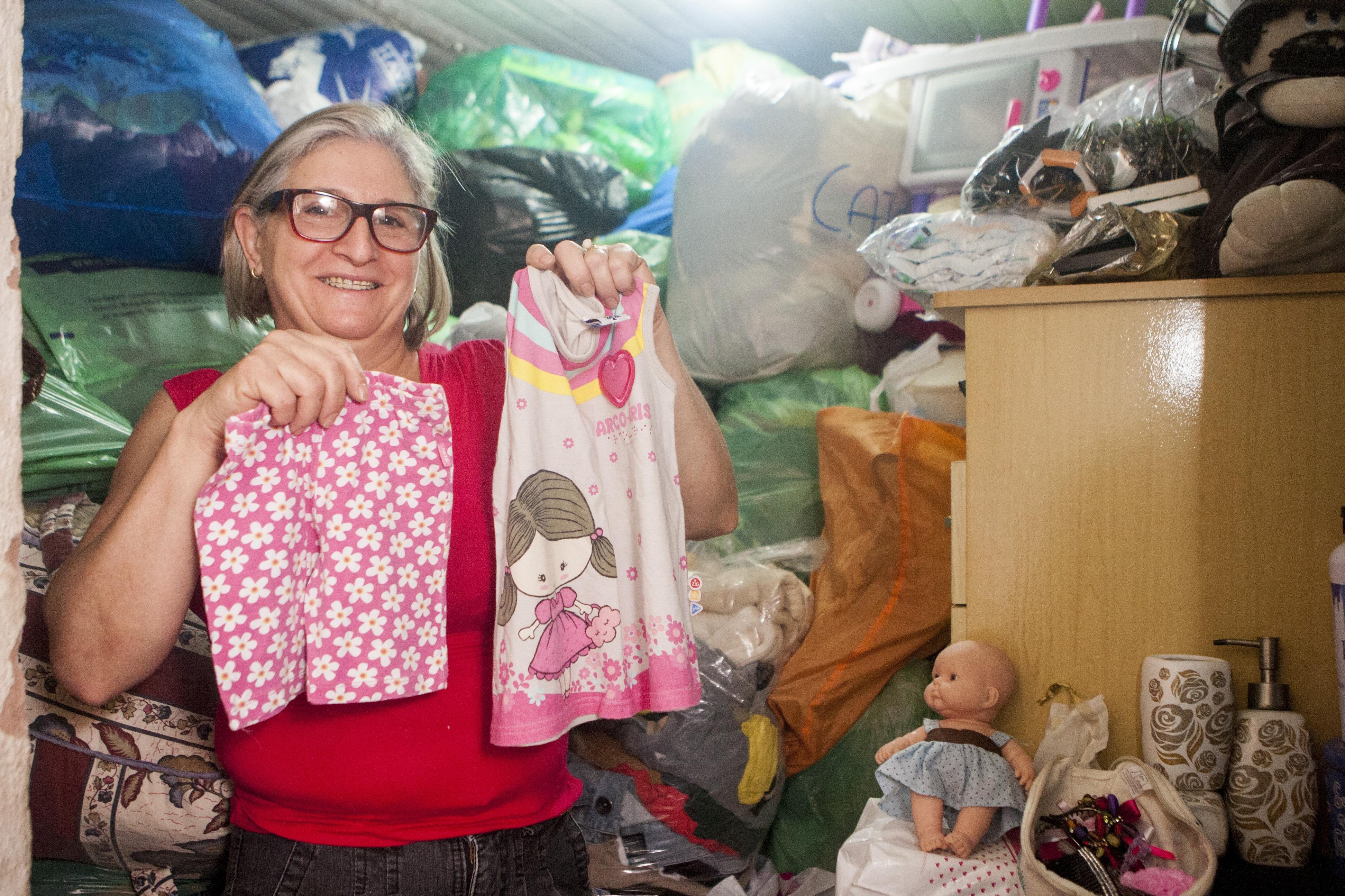 Liane vive em uma casa em São José, de lá, ela arrecada roupas e outras doações para quem mais precisa - Flávio Tin/ND