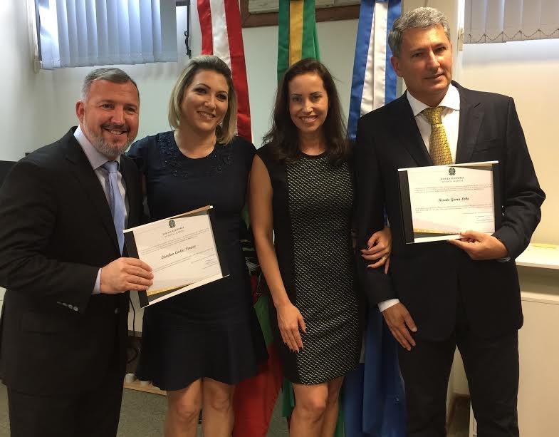 Prefeitos eleitos de São Francisco do Sul, Renato Gama Lobo (à dir.) e de Araquari, Clenilton Pereira, receberam seus diplomas na quinta-feira (15) à tarde no Fórum de São Chico - Fernanda Ourique/Divulgação/ND