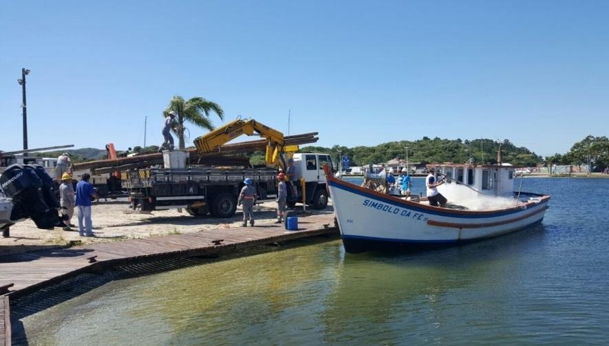 Equipes da Celesc foram de barco à Costa da Lagoa pela manhã para religar a energia de 450 unidades - Celesc/Divulgação