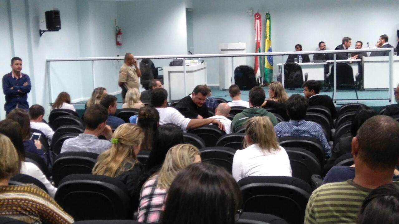 Advogado de defesa conversa com o pai de Brentano enquanto aguarda decisão - Letícia Mathis/ND