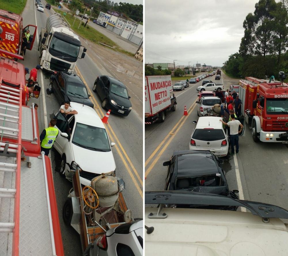 Acidente envolveu cinco carros e um caminhão - Tenente Cavallazzi/Divulgação/ND